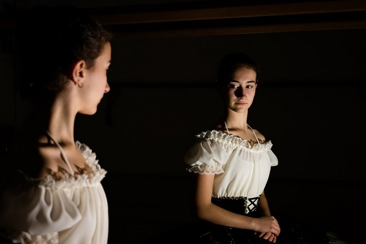 מסקנות לאחר טיפול פסיכולוגי: אישה מסתכלת במראה