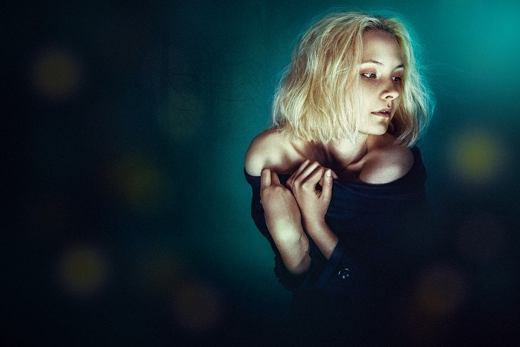 מסקנות לאחר טיפול פסיכולוגי: אישה יושבת באפלה