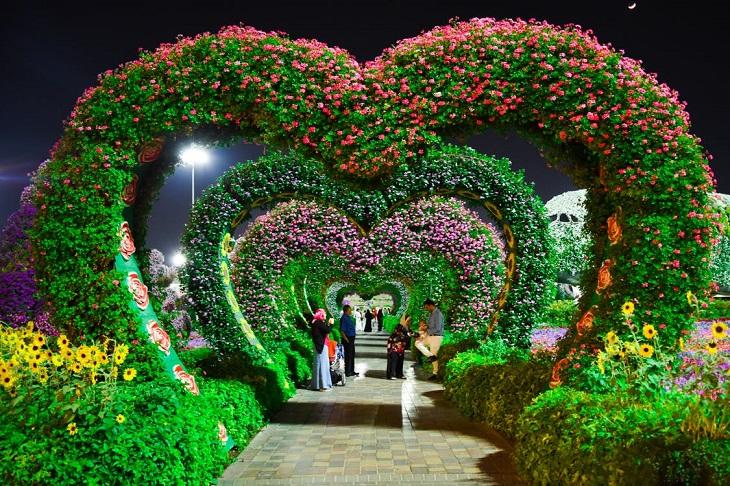 """אירועים לט""""ו באב: שביל שמכוסה בצמחייה בצורת לבבות"""