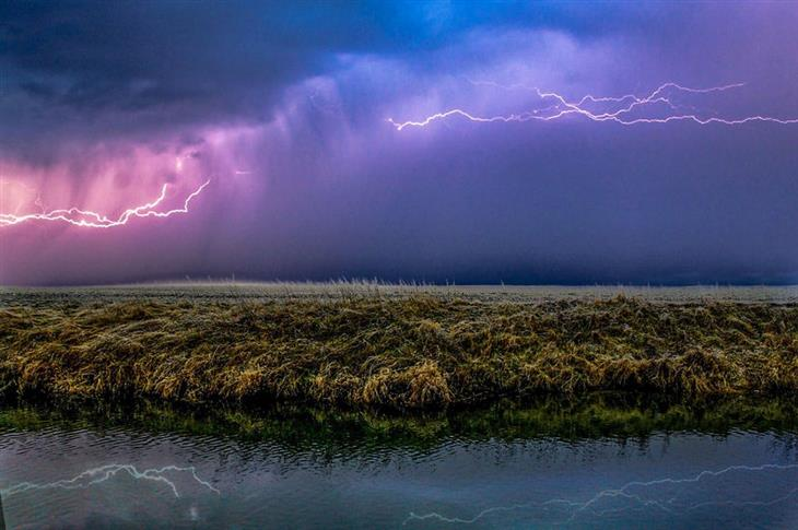 תמונות טבע מדהימות: סערה סגולה מעל אזור גיזן (Giesen) - גרמניה