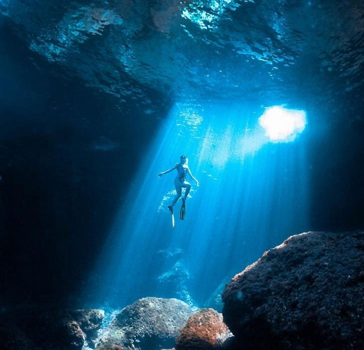 תמונות טבע מדהימות: צלילה מתחת למים סמוך לאי מנורקה - האיים הבלאריים (ספרד)