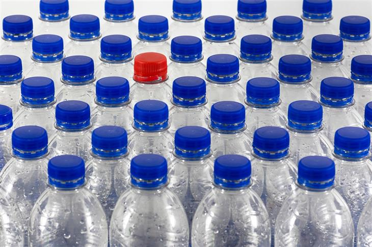הרעלת מים: בקבוקי מים שלאחד מהם יש פקק בצבע אחר