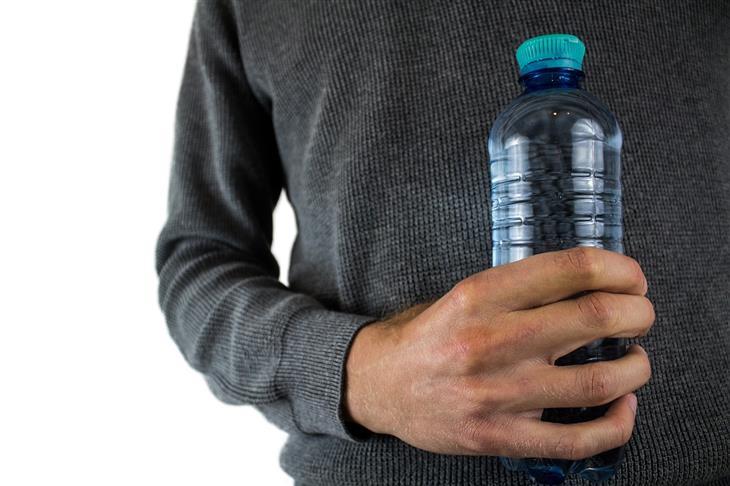 הרעלת מים: איש מחזיק בקבוק מים צמוד לגופו