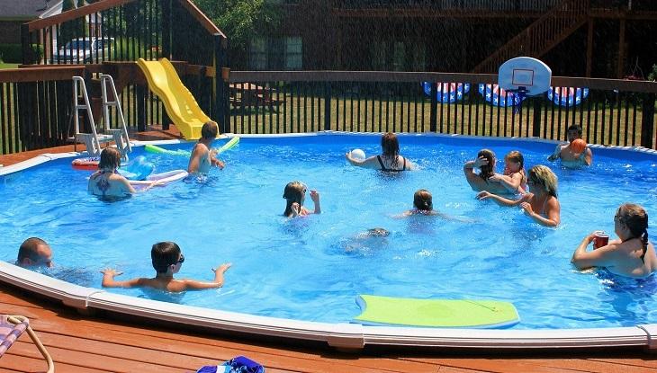 ימי הולדת לילדים בקיץ: משפחות בבריכה