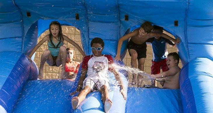 ימי הולדת לילדים בקיץ: ילדים במתקני מים מתנפחים