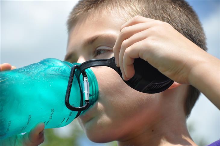 הרעלת מים: ילד שותה מים מבקבוק