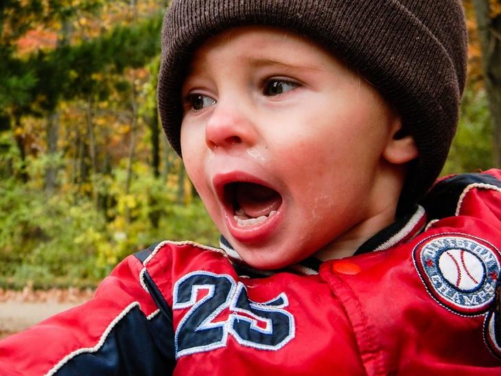 סימנים לילדים עקשנים: ילד קטן בוכה