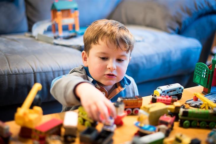 הצעות לפעילויות עם הילדים בבית: ילד משחק עם צעצועים