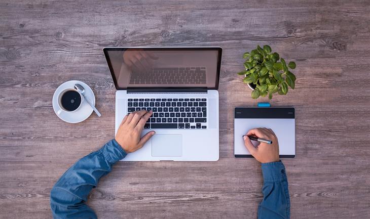 המוסדות המבוקשים לעבודה כפרילנס: איש עובד על מחשב נייד וטאבלט ציור