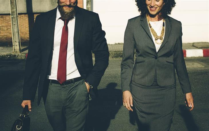ההבדלים בין המינים: גבר ואישה הולכים אחד ליד השני
