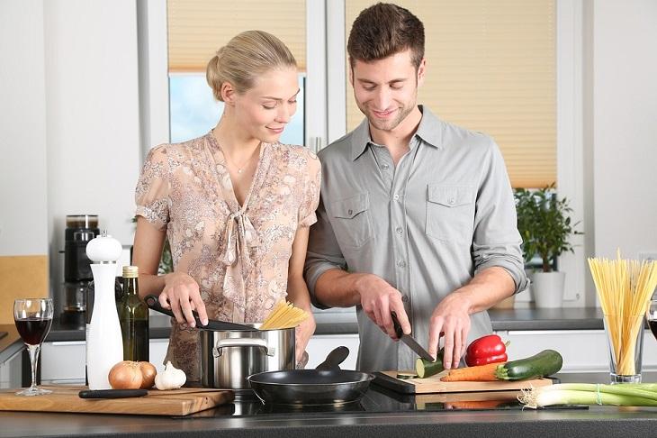 בדיחה גבר ואישה במטבח: גבר ואישה מכינים יחד אוכל