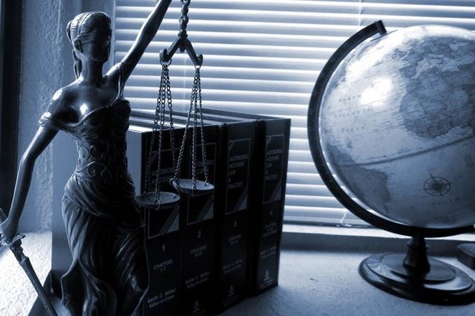 מבחן אישיות פילוסוף יווני כמנטור: פסל קטן של אלת הצדק לצד ספרים וגלובוס