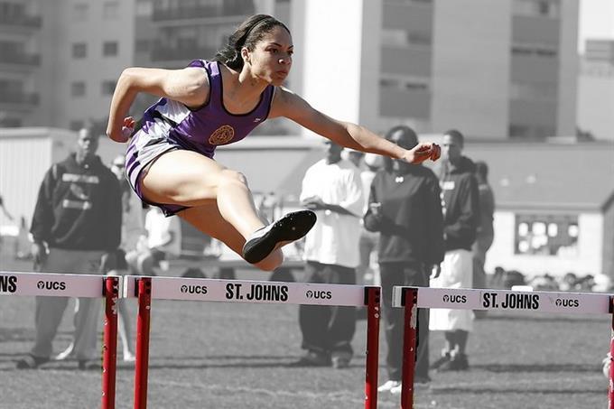 מבחן אישיות פילוסוף יווני כמנטור: אישה קופצת מעל משוכה