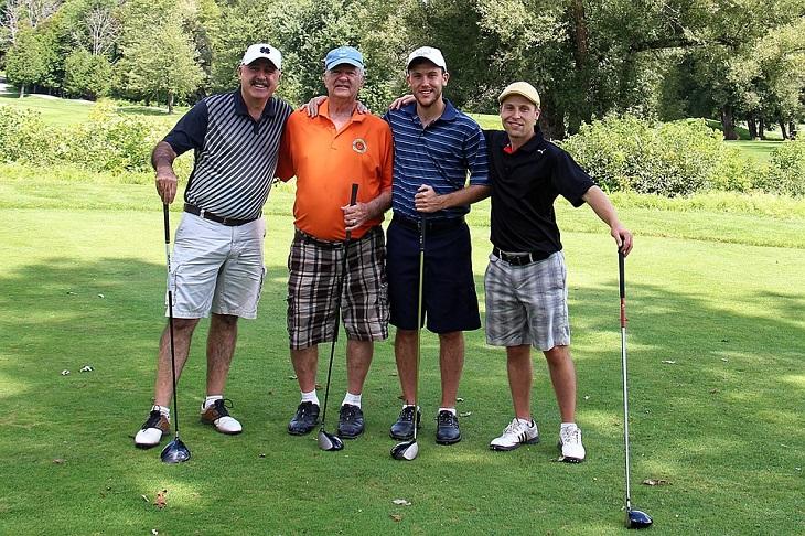 בדיחה גברים מתרברבים: ארבעה גברים במגרש גולף
