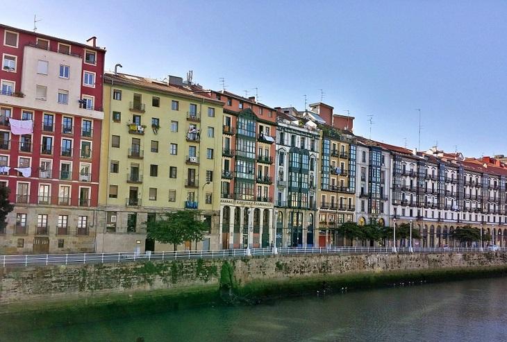 ערי חוף בספרד: בניינים צבעוניים על גדות נהר בבילבאו