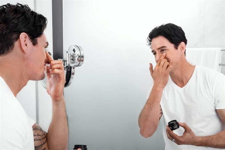 טיפוח לגברים: גבר מורח קרם על פניו