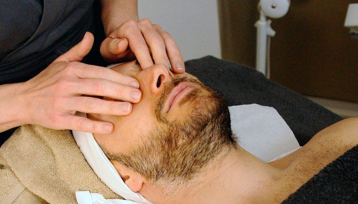 טיפוח לגברים: גבר מקבל טיפול פנים