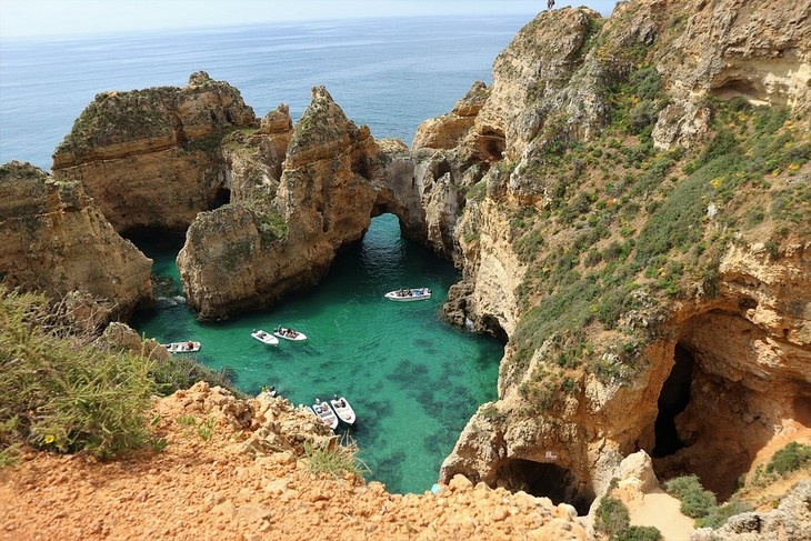 האזורים היפים של פורטוגל: סירות עוגנות במפרץ טבעי באלגארבה
