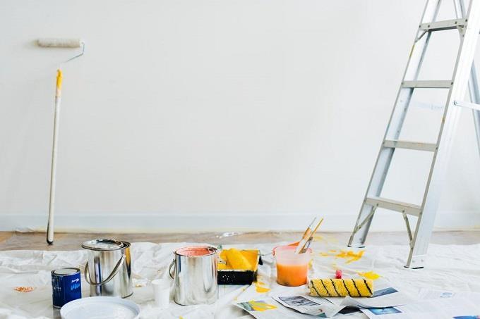 מבחן אישיות לפי צבעים של רהיטים: חדר עם קיר לבן, מוכן לצביעה