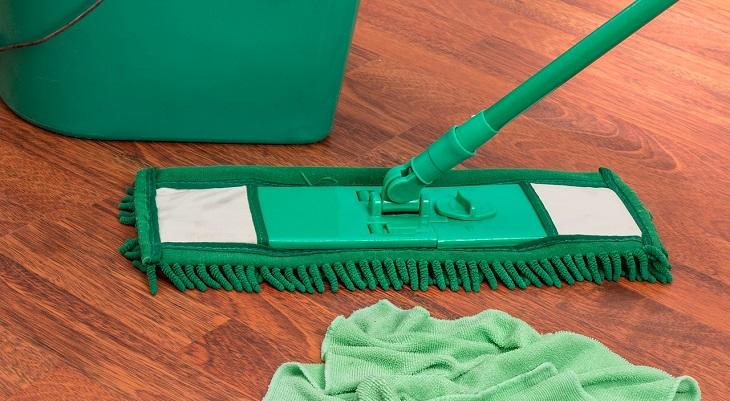 טעויות בניקיון הבית: מגב לצד סמרטוט ודלי על הרצפה