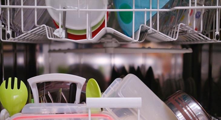 טעויות בניקיון הבית: כלי מטבח בתוך מדים כלים