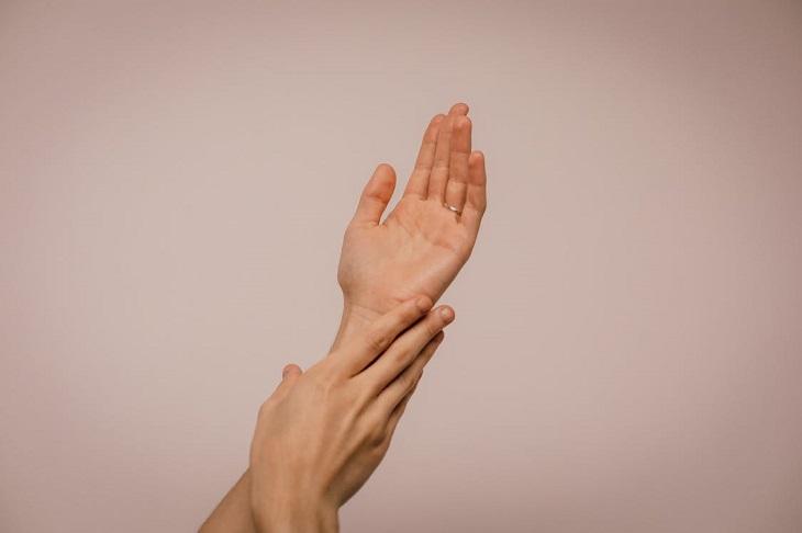 יתרונות של חבוש ומתכון: ידיים מטופחות שנוגעות אחת בשנייה