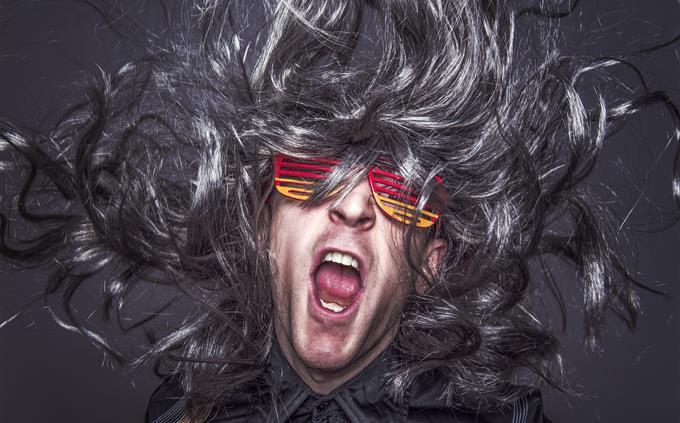 טריוויה עברית: איש עם שיער ארוך מתנפנף ומשקפי מסיבות
