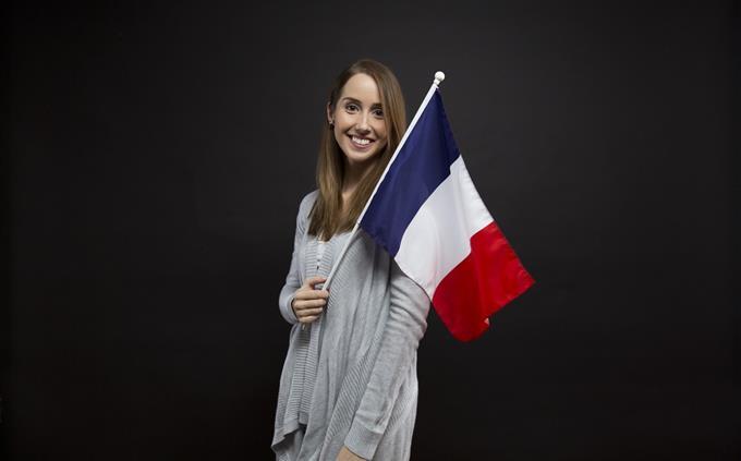 טריוויה עברית: אישה מחזיקה דגל צרפת