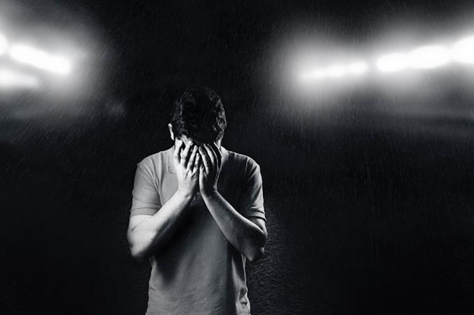 מבחן אישיות לפי מקום בילוי: איש מכסה את פניו
