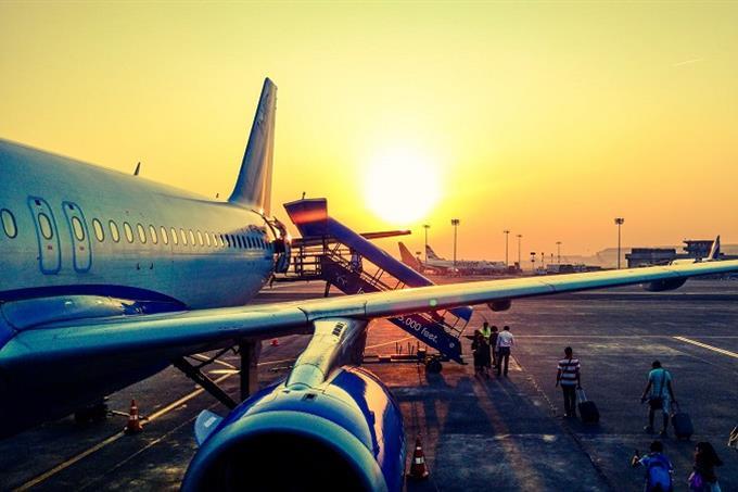 מבחן אישיות לפי מקום בילוי: מטוס על רקע שקיעה