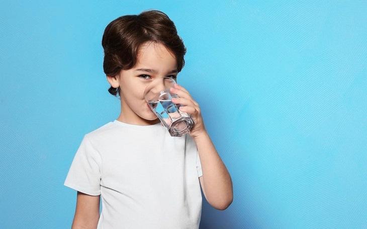 טיהור מים: ילד שותה מים