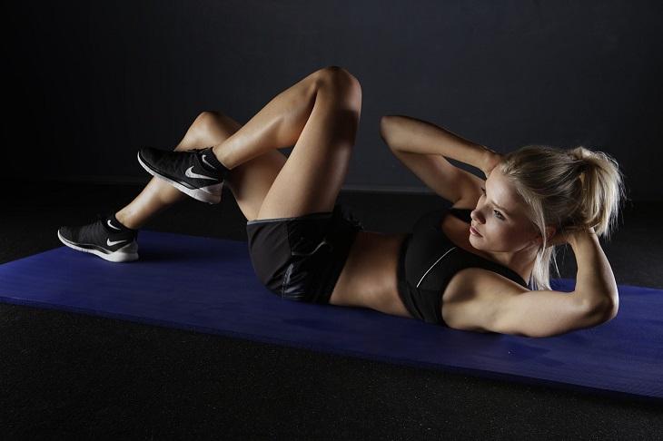 טעויות אחרי אימון כושר: אישה מתעמלת