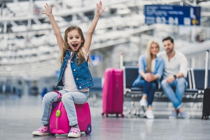 טיפים לטיול חסכוני: משפחה בשדה תעופה