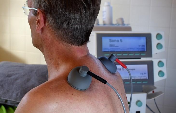 מדריך להתמודדות עם רשלנות רפואית: מטופל יושב עם מכשור רפואי על גבו