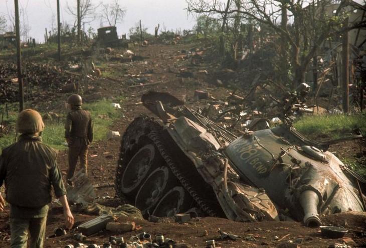 תמונות היסטוריות מרתקות: טנק אמריקאי שקוע בבוץ של ווייטנאם לאחר קרב קשה – 1972