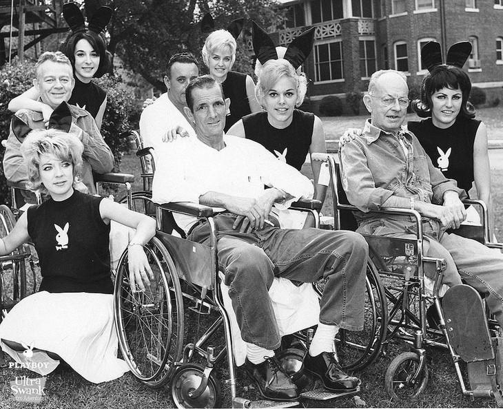 """תמונות היסטוריות מרתקות: שפנפנות פלייבוי מבקרות מטופלים בבית חולים בבולטימור, ארה""""ב – 1965"""