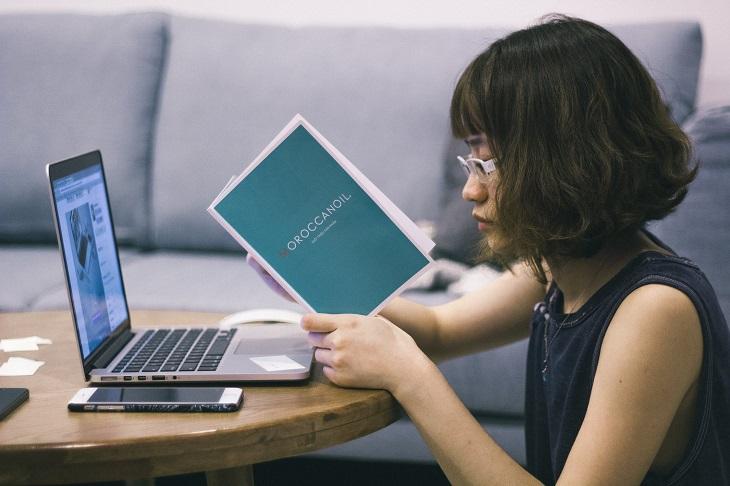עובדות על בריחת שתן: אשה מול מחשב