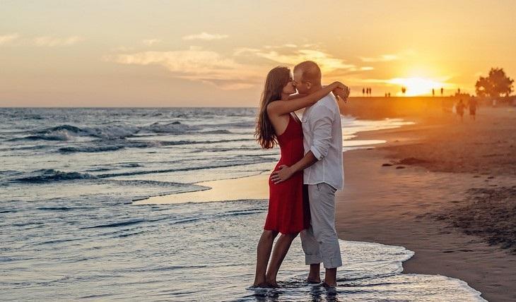 אתגרים במערכת יחסים: זוג מתנשק על החוף