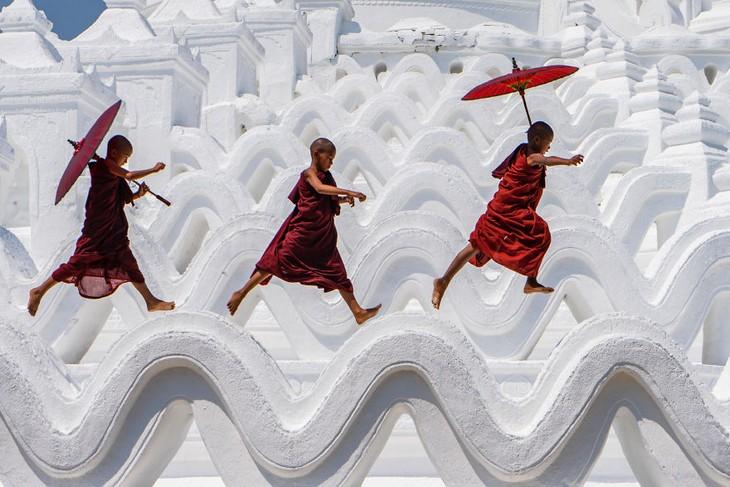 תמונות מדהימות: נזירים מתלמדים משחקים על הגג של הפגודה הלבנה במיאנמר