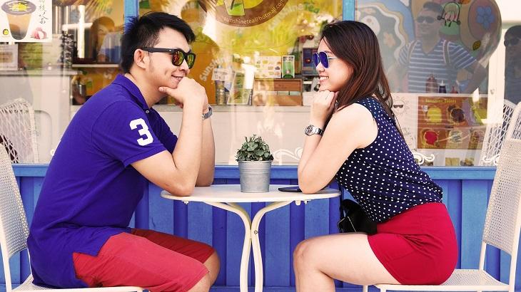 טיפים לשיפור יחסים בין אישיים: זוג יושב זה מול זה ומחייך