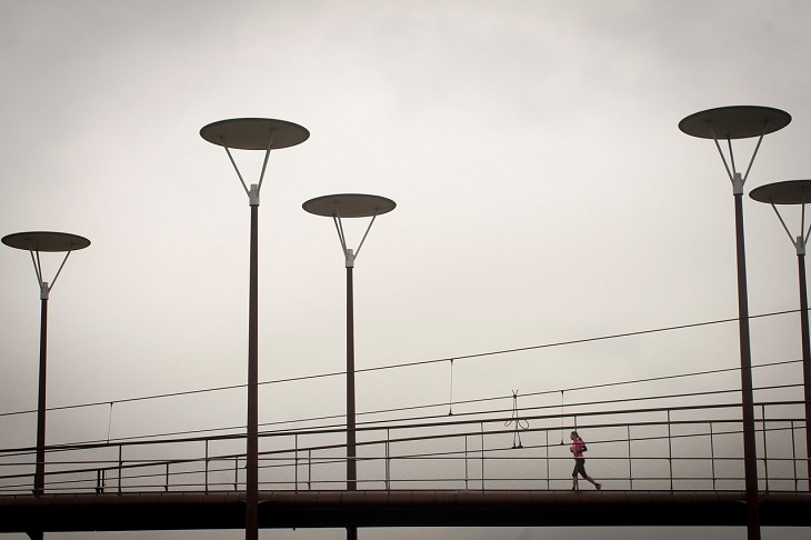 יתרונות בריאותיים של סולת: אישה רצה על גשר