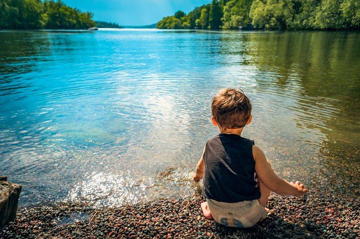 התנהגויות ילדים: פעוט על שפת אגם