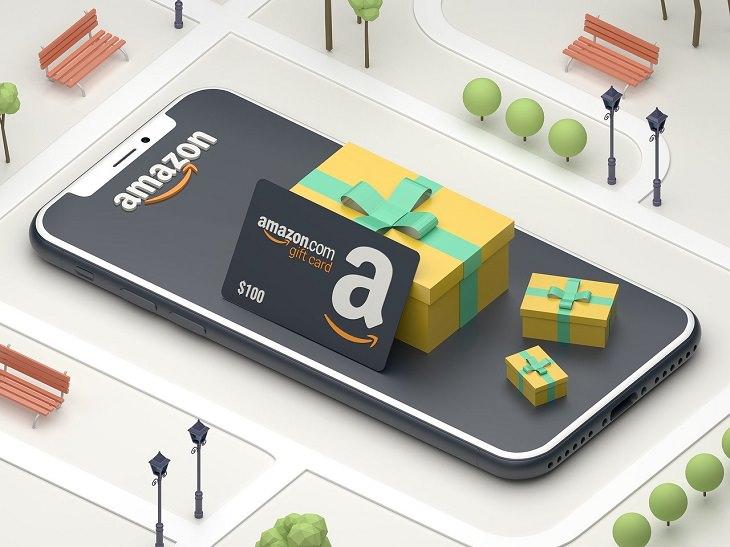 מדריך לפתיחת חנות באמזון: טלפון חכם ועליו לוגו אמזון ואריזות מתנה