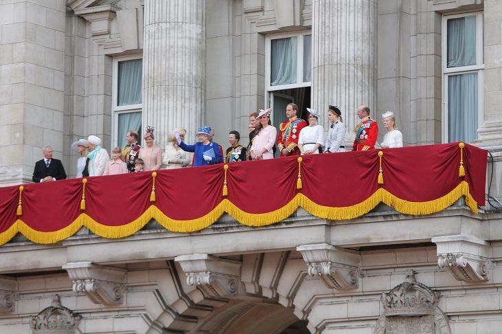 עובדות על משפחת המלוכה הבריטית: משפחת המלוכה עומדת על מרפסת בארמון