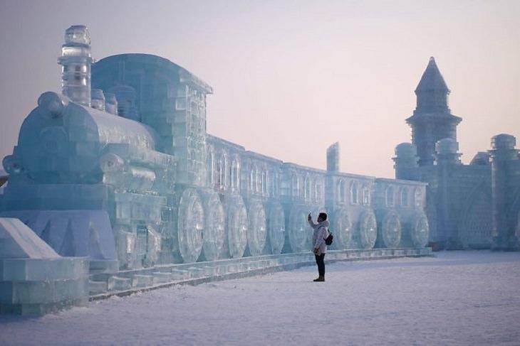תמונות מפסטיבל הקרח 2020: אדם מצלם רכבת ענקית מקרח