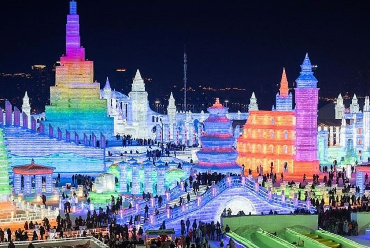 תמונות מפסטיבל הקרח 2020: עיר מפוסלת בקרח ומוארת באורות צבעוניים