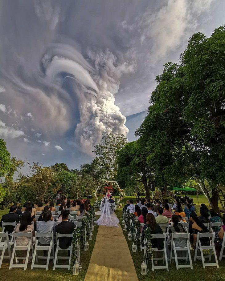 התפרצות הר געש בפיליפינים: חתונה שנערכת על רקע עשן הנפלט מהר הגעש