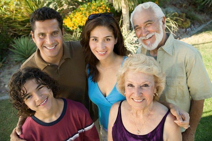 סימנים להתנהגות רעילה של סבא וסבתא: משפחה עם סבא וסבתא, זוג הורים וילד