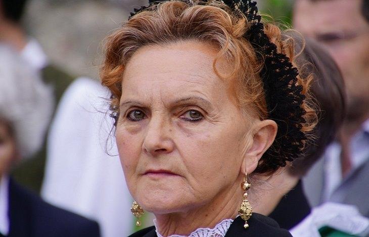 סימנים להתנהגות רעילה של סבא וסבתא:  אישה מבוגרת