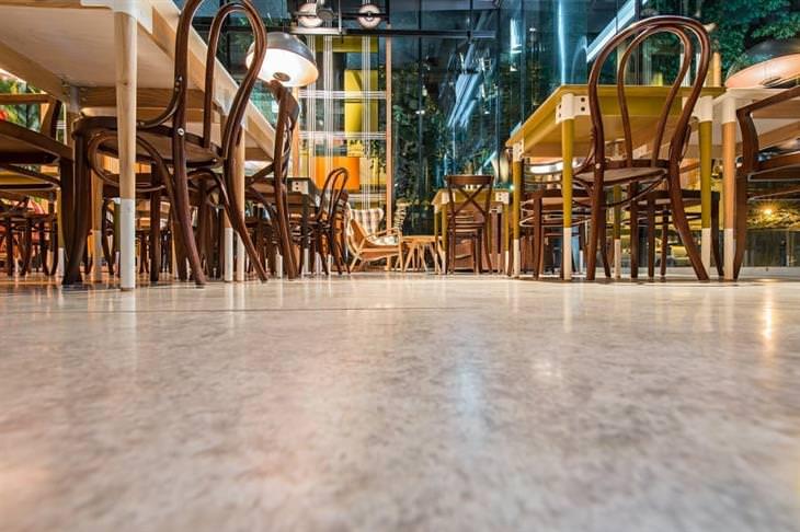 יתרונות של בטון מוחלק: כיסאות ושולחנות על בטון מוחלק